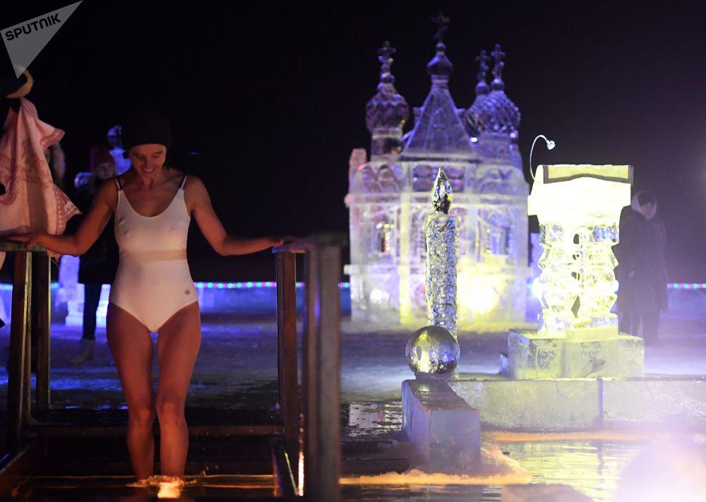 Il significato spirituale della festa religiosa non è quello di fare il bagno, ma è il mistero della consacrazione dell'acqua.