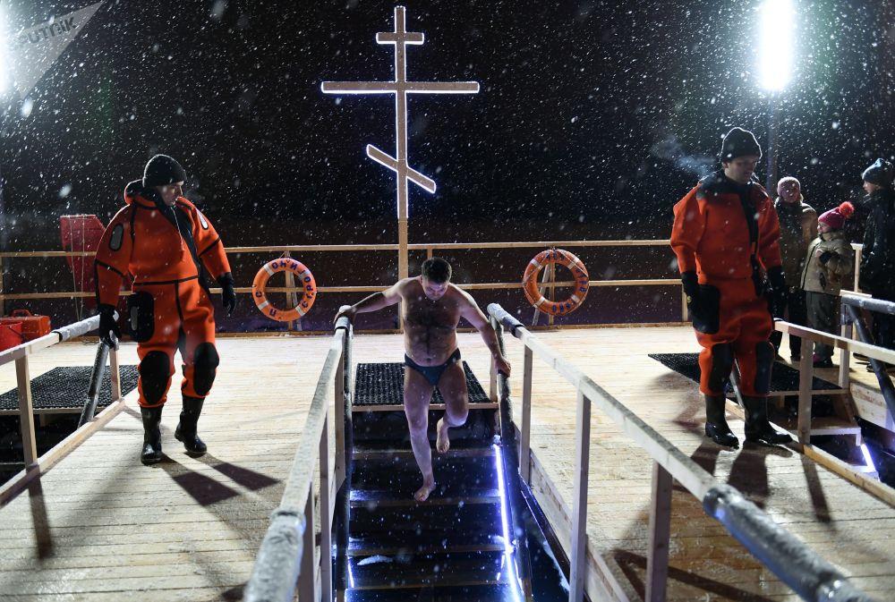 Bagno nel ghiaccio a Mosca.