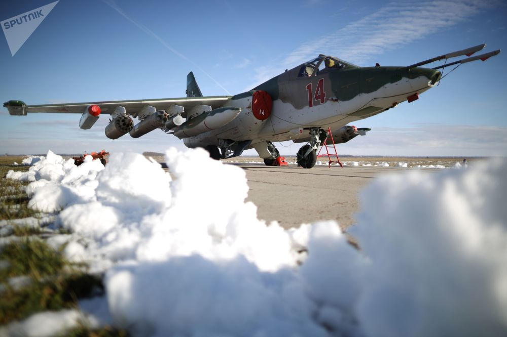 I bombardieri russi distruggono una base aerea nemica