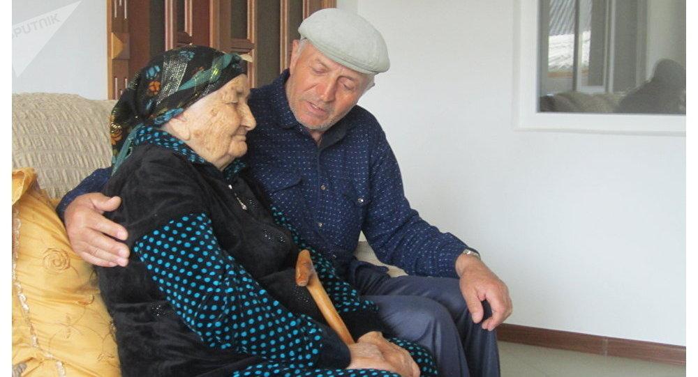 Nanu Shaova e suo figlio Hussein (foto d'archivio)