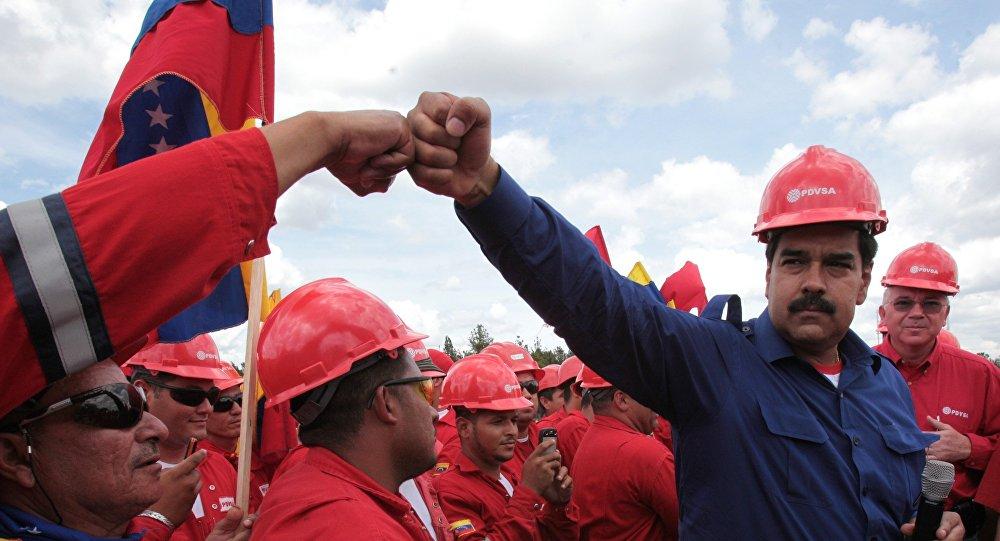 Il presidente venezuelano Maduro insieme a dei lavoratori della compagnia petrolifera nazionale PDVSA (foto d'archivio)