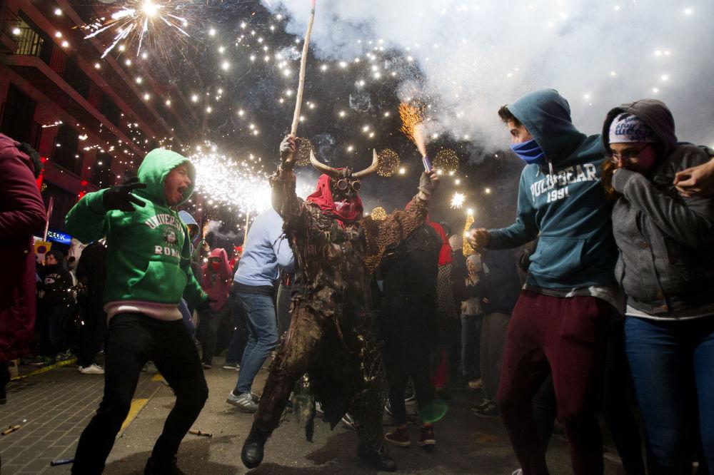 Un uomo vestito da demone partecipa al festival tradizionale di Correfoc a Palma de Mallorca.
