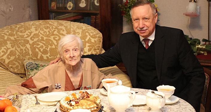 Alesksandr Beglov ha fatto gli auguri alla veterana della Grande guerra patriottica, Elena Galindo