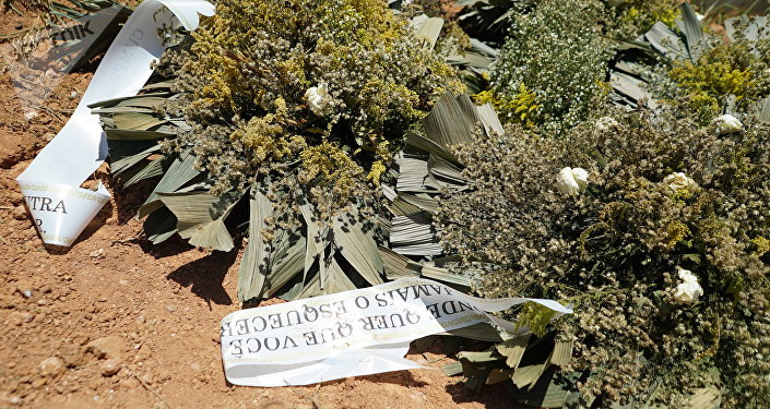 Corone di fiori al cimitero Parque das Rosas a Brumadinho