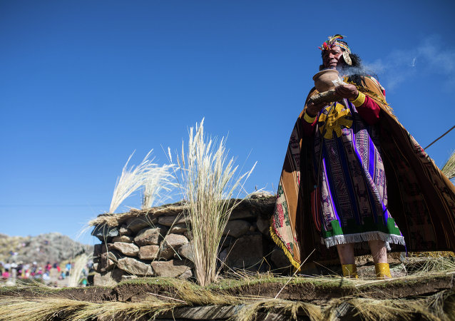 Indigeno peruviano vestito come re Inca