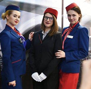 Ragazze in uno stand dell' esposizione NAIS, il maggiore evento russo dedicato all'aviazione civile