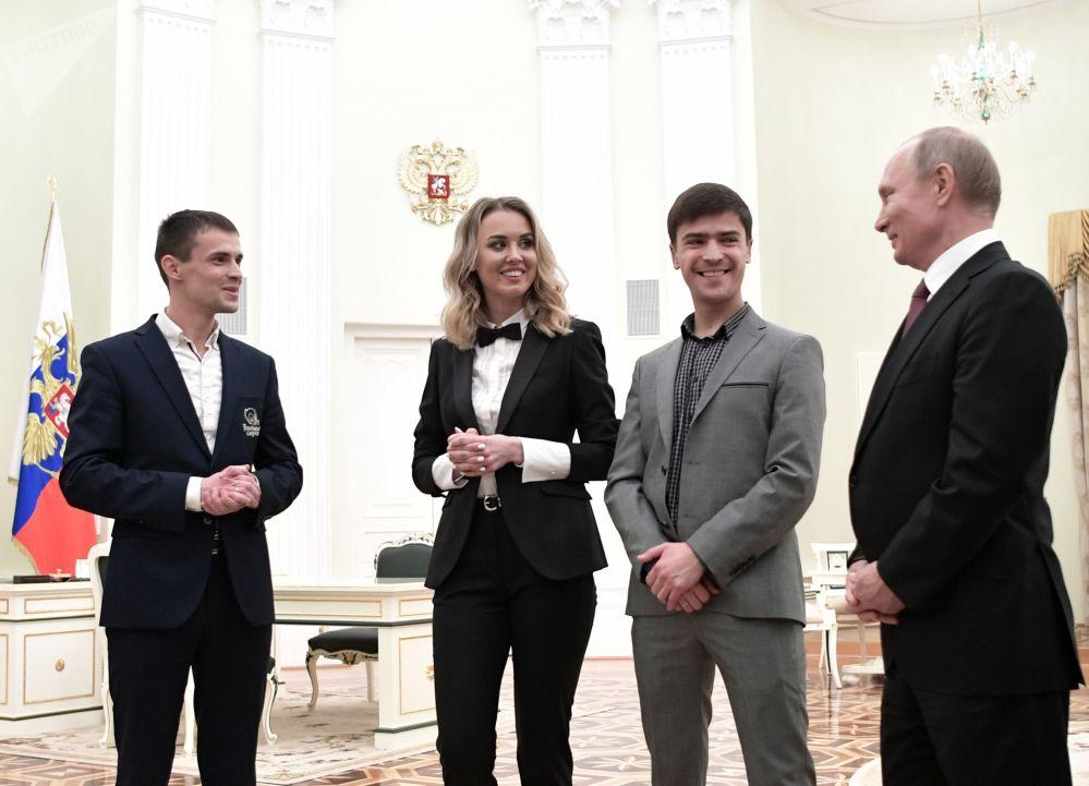 Presidente russo Vladimir Putin con i vincitori del premio nazionale Affare importante 2019.