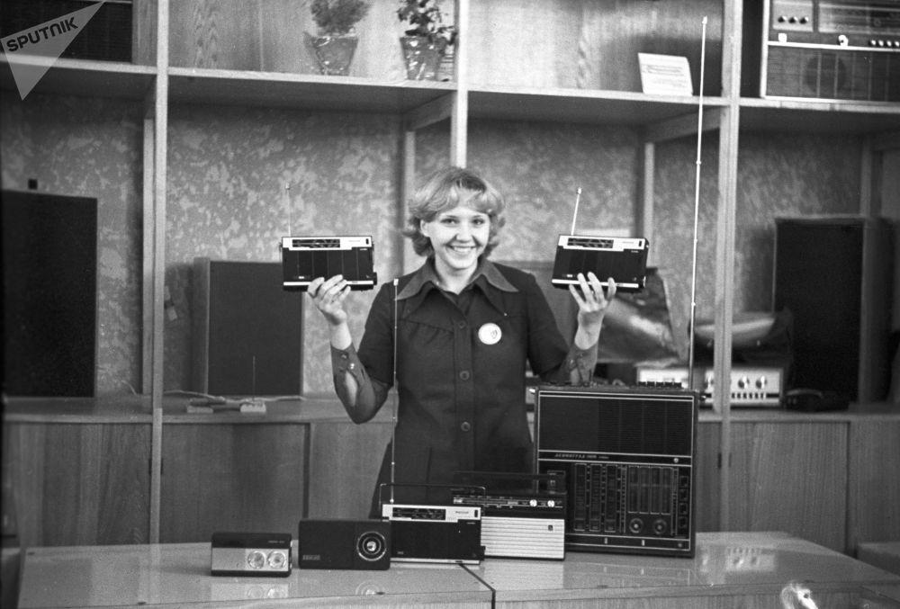 Radio a transistor al negozio Radiotecnica