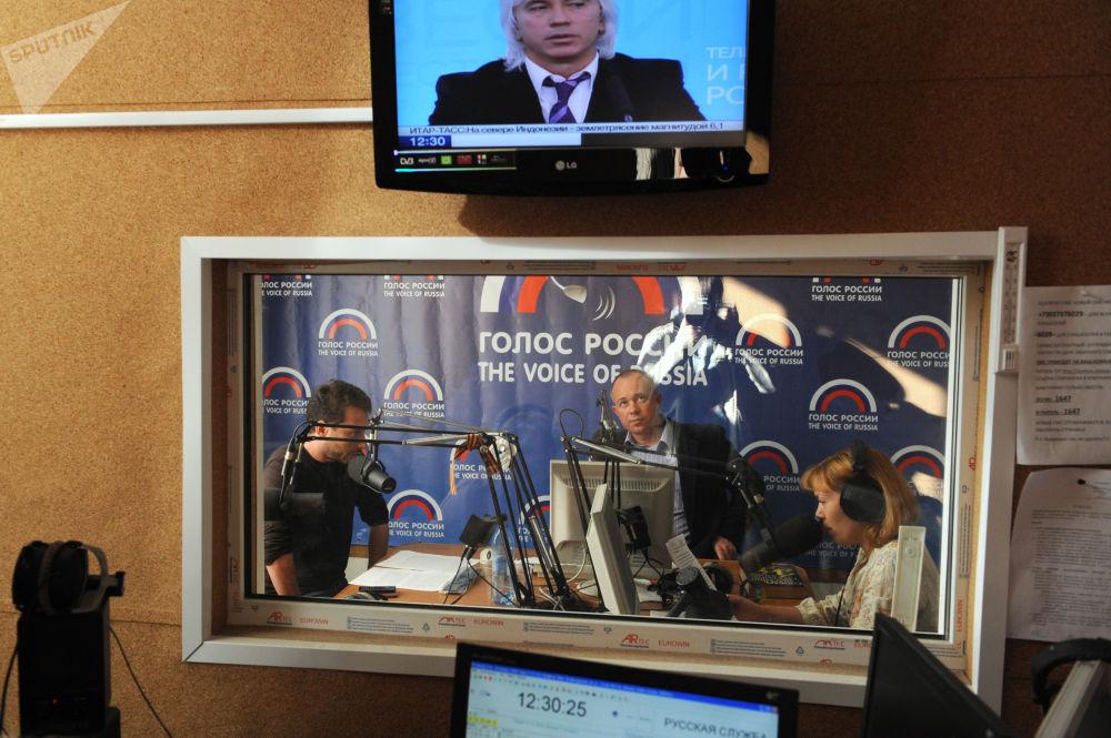 Nello studio della radio Voce della Russia