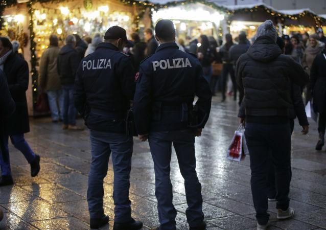 Agenti della polizia italiana a Milano