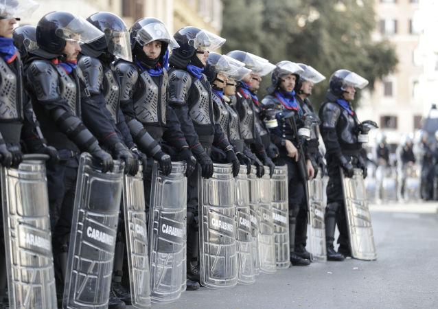 La polizia antisommossa italiana durante una protesta a Roma