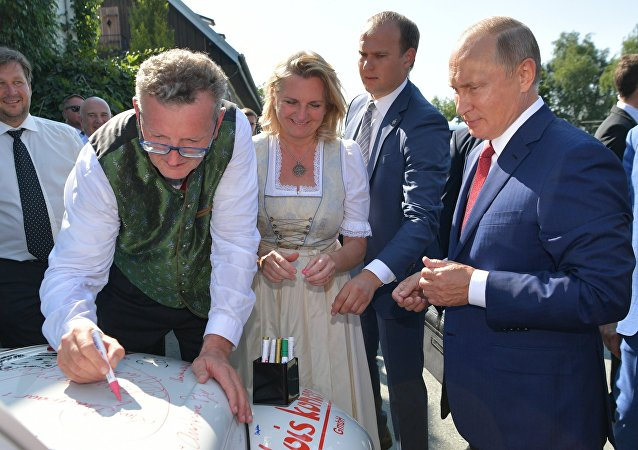 Vladimir Putin firma il cofano del maggiolino degli sposi