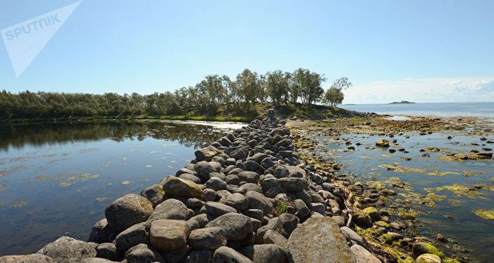 Diga di pietre sull'isola grande