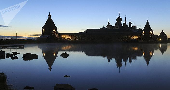 Vista del monastero notturna in estate