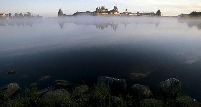 Il monastero e le caratteristiche pietre glaciali delle Solovky