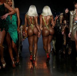 Sorelle Clermont Twins alla mostra della collezione The Blonds alla New York Fashion Week.