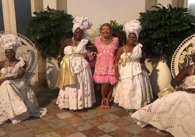 Giornalista brasiliana organizza festa a tema con degli schiavi