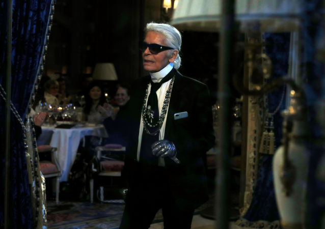 Karl Lagerfeld alla presentazione della sua collezione per la Maison Chanel a Parigi, il 6 dicembre 2016.