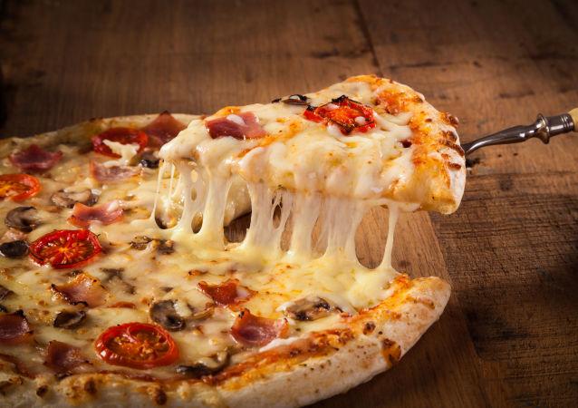 Горячая пицца на деревянном столе