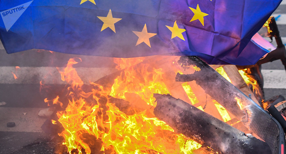 La bandiera dell'UE in fiamme
