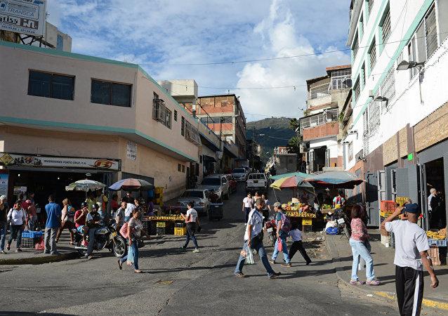 Una via in un quartiere popolare di Caracas