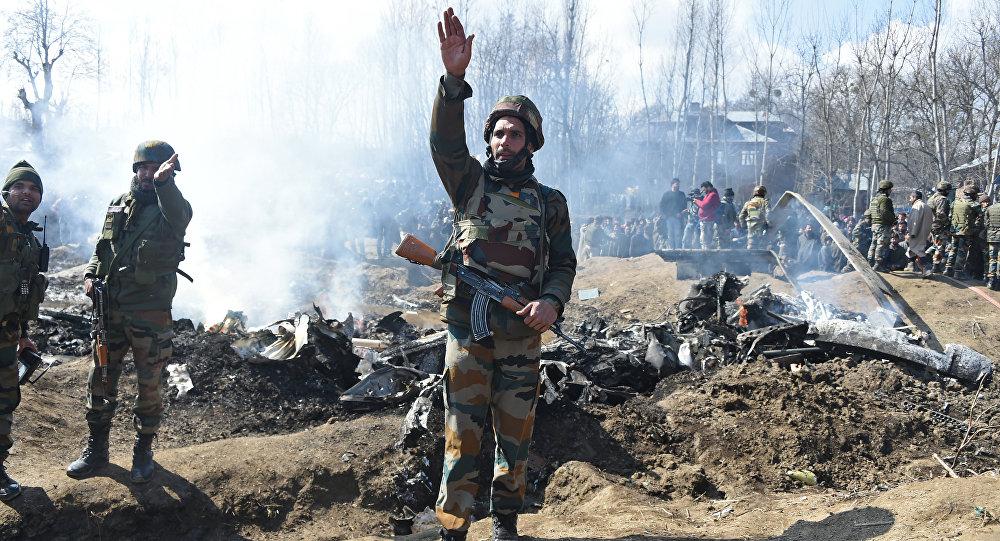 Soldati indiani presso i rottami dell'aereo abbattuto in Kashmir dalle forze pakistane