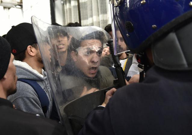 La manifestazione contro Bouteflika ad Algeria