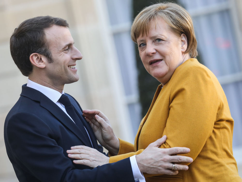 Presidente francese Emmanuel Macron dà il benvenuto al cancelliere tedesco Angela Merkel al Palazzo dell'Eliseo.