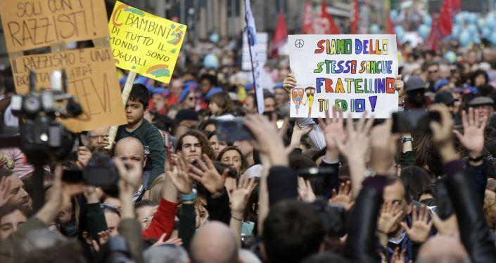 """In corso a Milano la manifestazione """"People, prima le persone"""""""