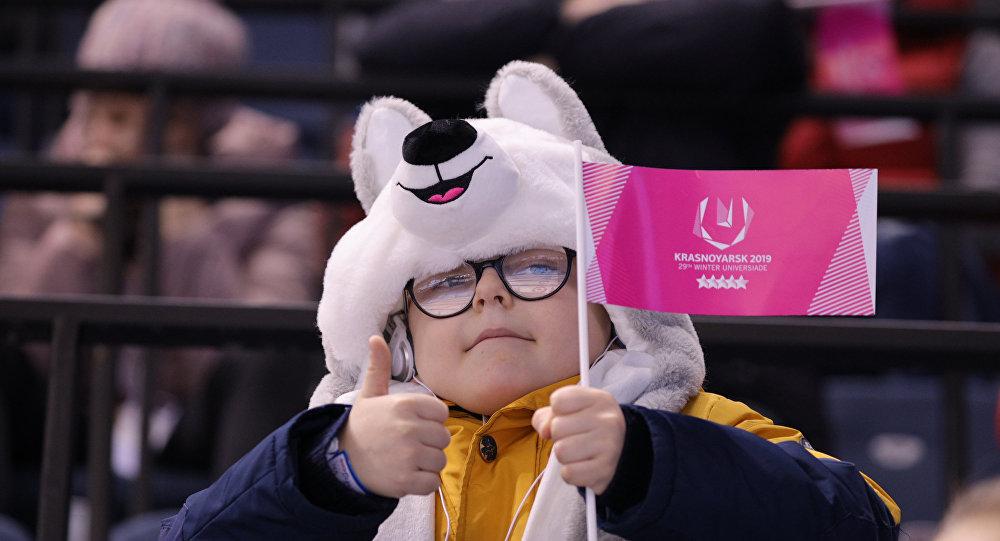Un giovane spettatore delle Universiadi Invernali di Krasnoyarsk 2019