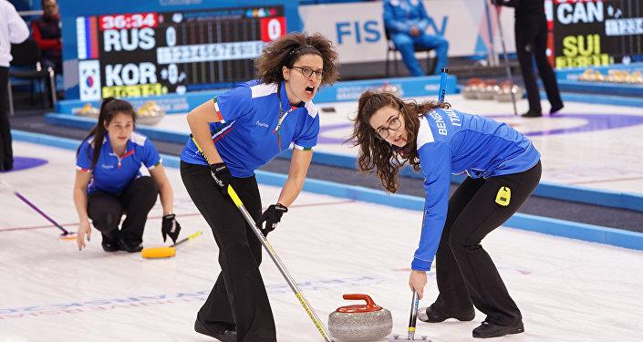 Le ragazze della nazionale italiana di curling durante la partita vinta contro la Cina
