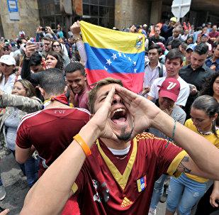 Un manifestante con la bandiera del Venezuela