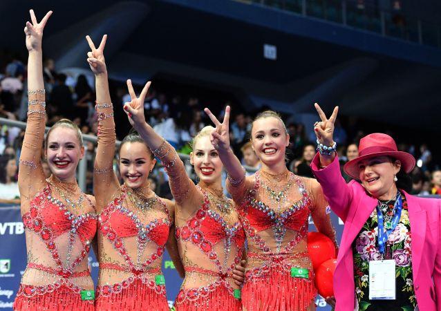 Le atlete della nazionale russa e la presidente della Federazione panrussa della ginnastica artistica Irina Viner-Usmanova al campionato della ginnastica artistica a Pesaro, Italia.