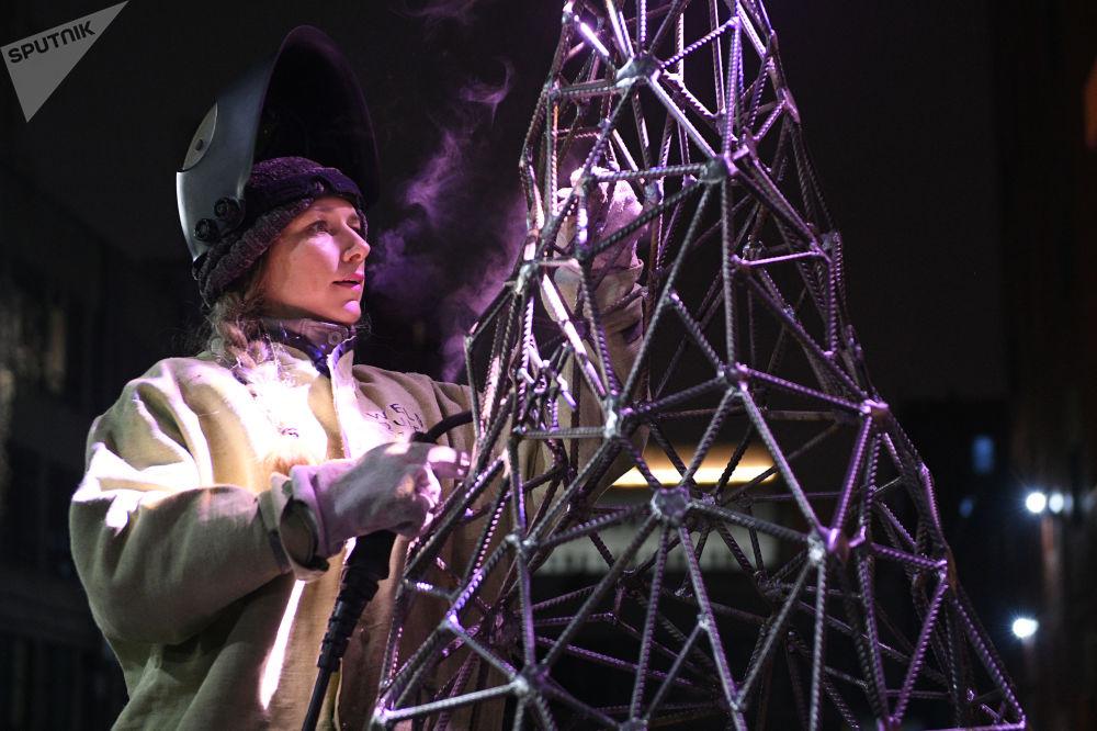 L'artista Aleksandra Weld Queen costruisce un'abete di armatura.