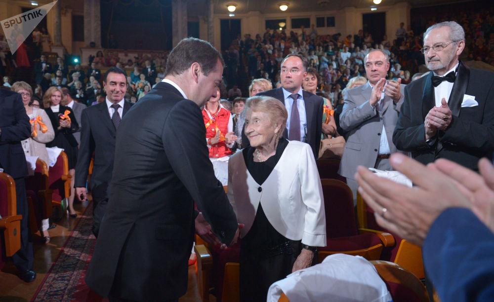 Il premier russo Dmitry Medvedev e la chirurga della clinica municipale №11 della città di Ryazan Alla Levushkina.