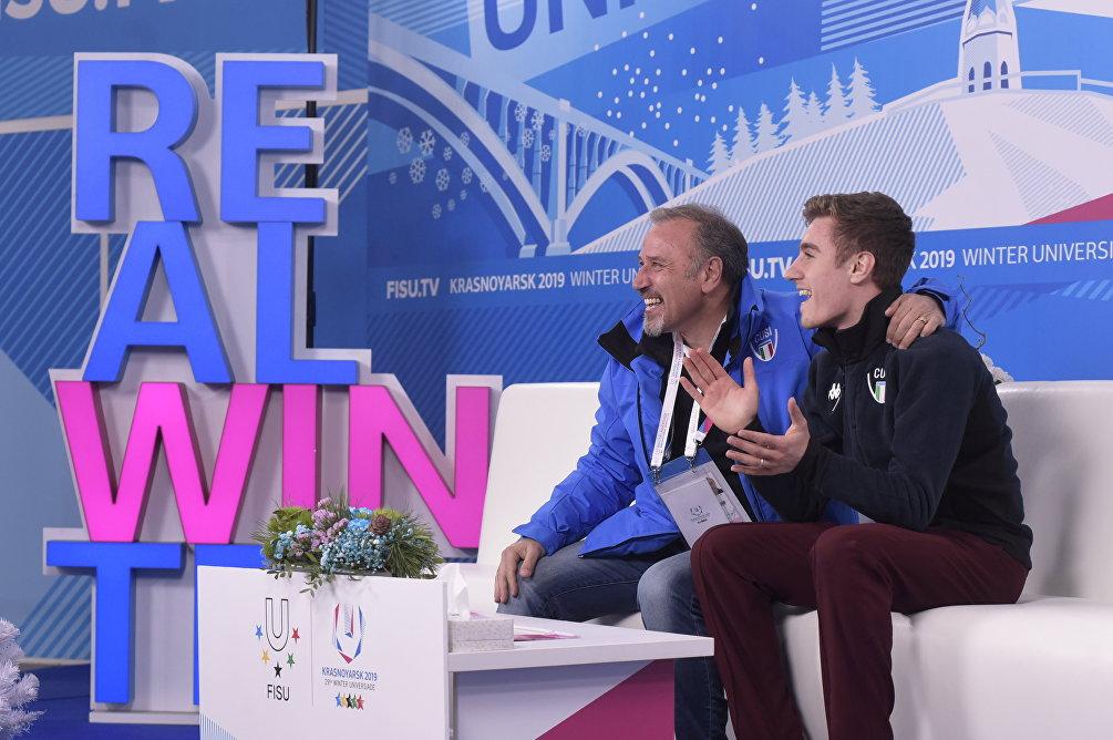 Matteo Rizzo attende il punteggio dopo l'esibizione nel programma corto alle Universiadi di Krasnoyarsk 2019