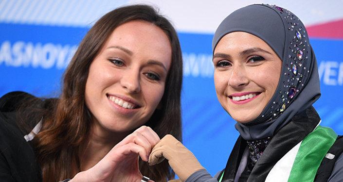 La pattinatrice degli Emirati Arabi Uniti Zhara Leri insieme alla sua allenatrice