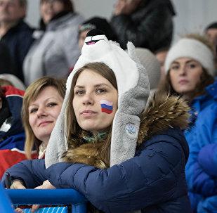 Una spettatrice alla Cristal Arena di Krasnoyarsk, durante una partita di hockey alle Universiadi di Krasnoyarsk