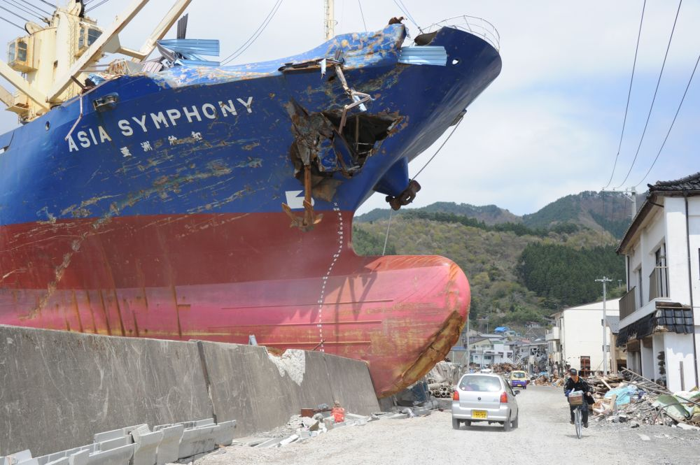 Il mercantile da 4724 tonnellate 'Asia Symphony' scaraventato a riva dallo tsunami