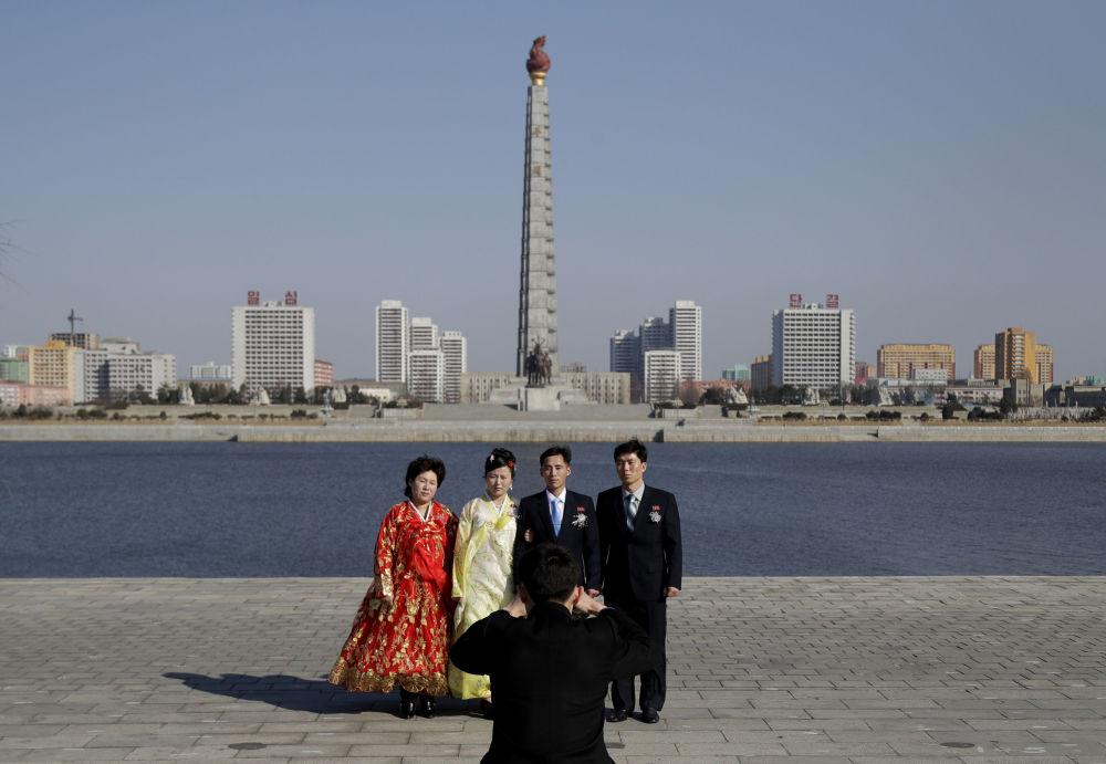 Foto ricordo per una nuova coppia di sposini nordocoreani