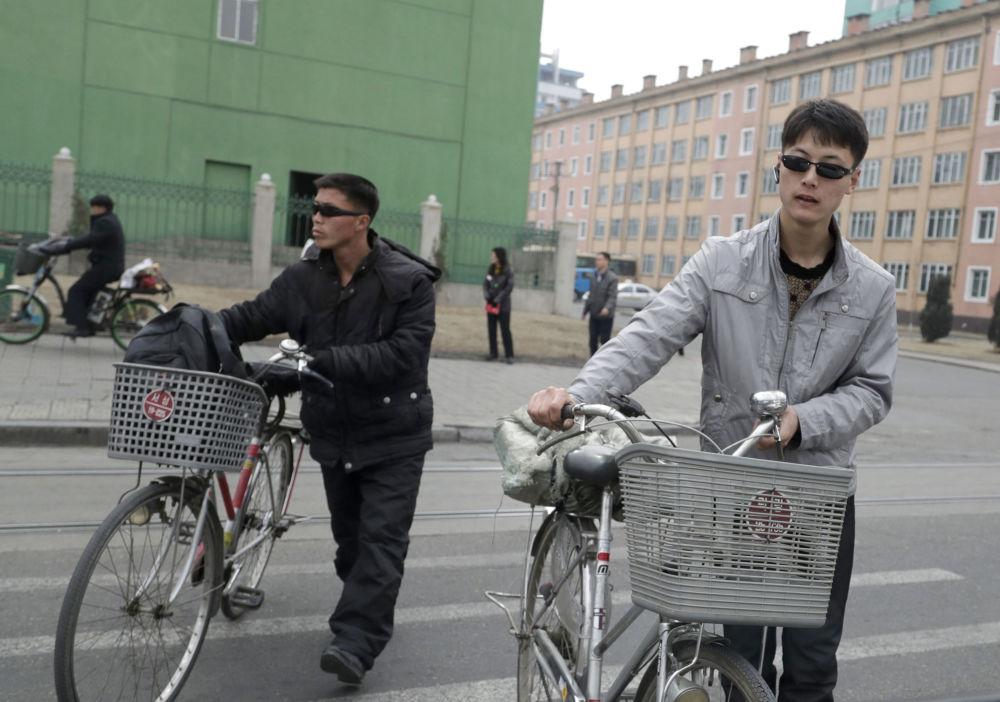 Due cittadini di Pyongyang attraversano una strada della capitale nordcoreana