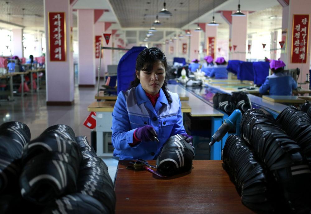 Un'operaia della fabbrica di scarpe Ryuwon di Pyongyang
