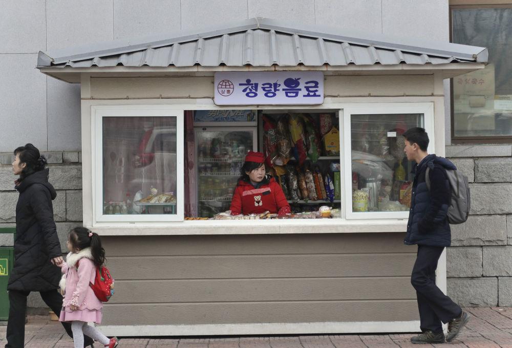 Un chiosco con cibo di strada in una via di Pyongyang
