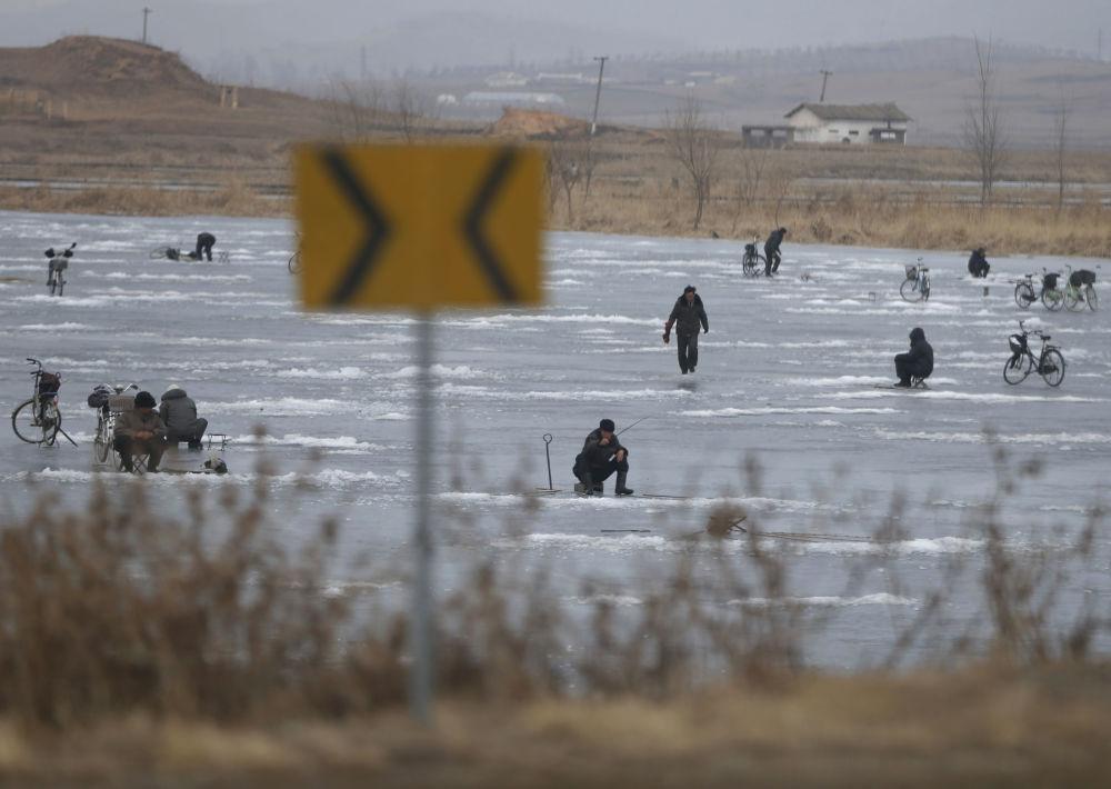 Pesca nel ghiaccio sul lago Nampo in Corea del Nord
