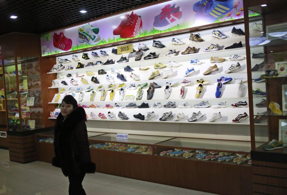 Il negozio di scarpe della fabbrica Ryuwon, specializzata in scarpe casual e sportive, a Pyongyang