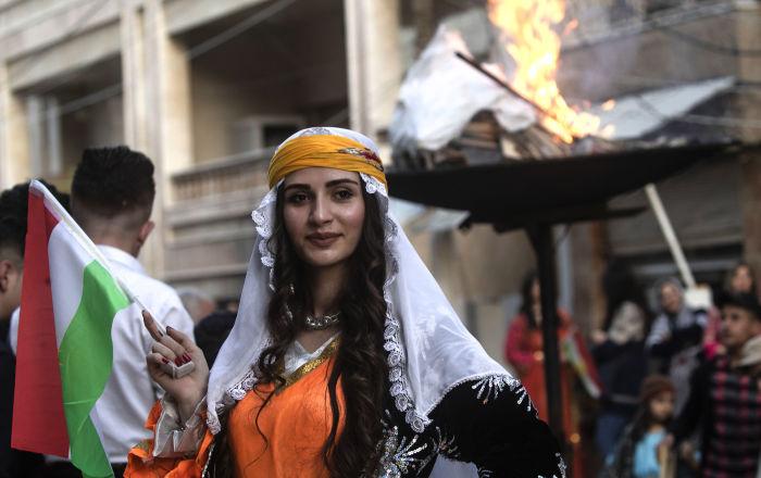 Una donna curda durante le celebrazioni del Nowruz 2019