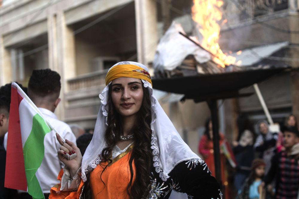 Una donna curda durante le celebrazioni del Nowruz 2019 nella città di Qamishly, in Siria