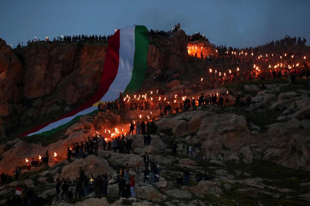 La comunità di Duhok festeggia il Nowruz con una fiaccolata sulla montagna di Akra, nel Kurdistan iracheno, la sera del 20 marzo
