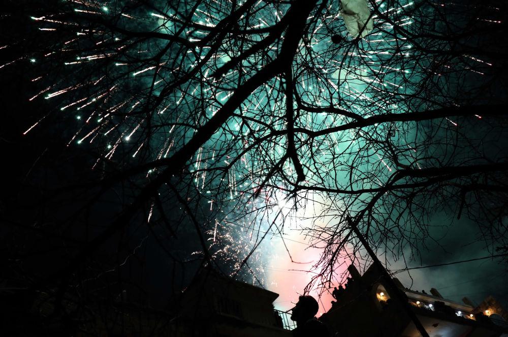 Fuochi d'artificio nella città curda di Akra, 500 km a nordi di Baghdad, nella notte dell'equinozio di primavera