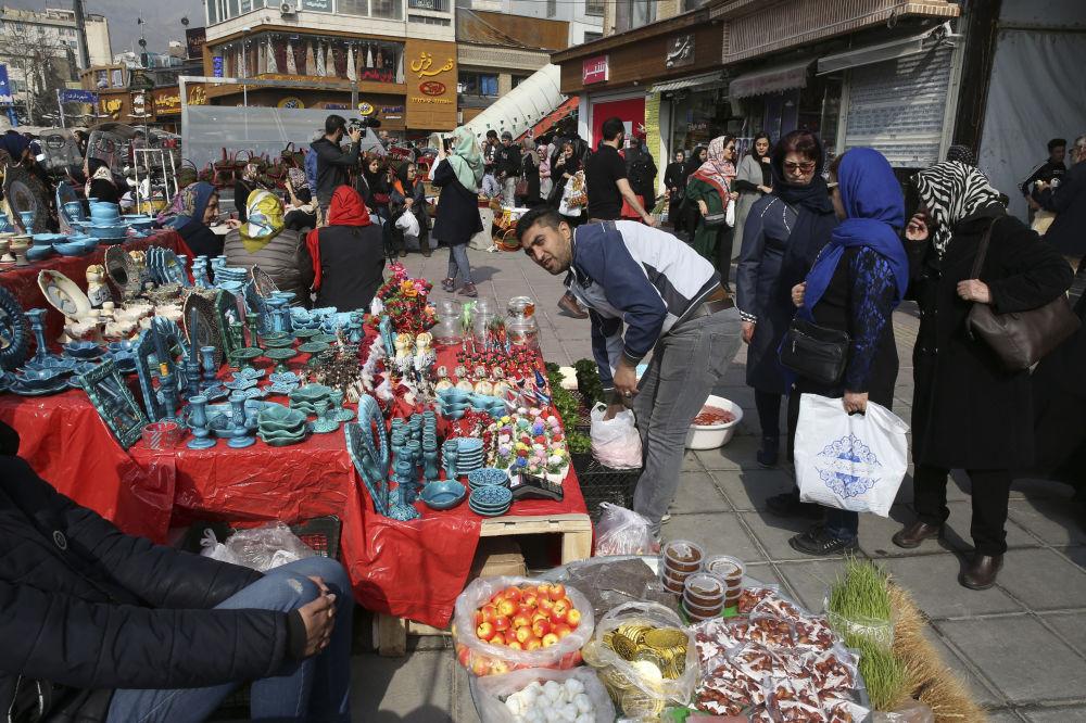 Bancarelle con i prodotti tipici per la festa del Nowruz a Teheran